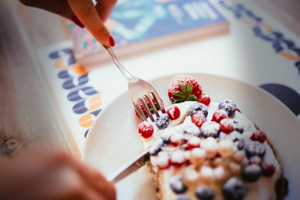 pancakes con la frutta fresca e lo yogurt